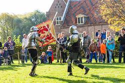 ridders in actie bij kasteel Ammersoyen
